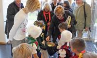 Das Evaluierungskommitee wurde von Kindern der WITAJ-Kita Malschwitz nach sorbischem Brauch mit Brot und Salz begrüßt. Foto: Bodo Hering
